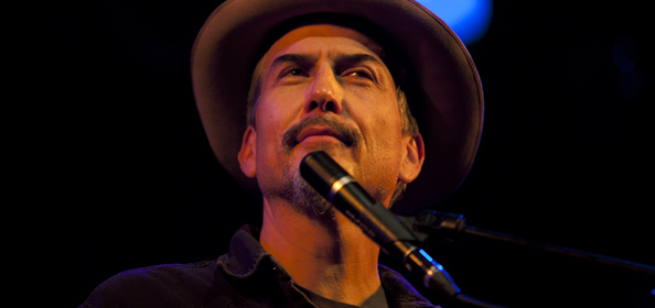 giant sand and singer songwriter howe gelb It took singer/songwriter howe gelb nearly 20 years to receive the type of attention upstart indie rockers routinely obtain by their second album.